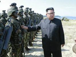 زعيم كوريا الشمالية كيم جونغ يظهر بالزي العسكري وإلى جانبه رشاش على التلفزيون الرسمي